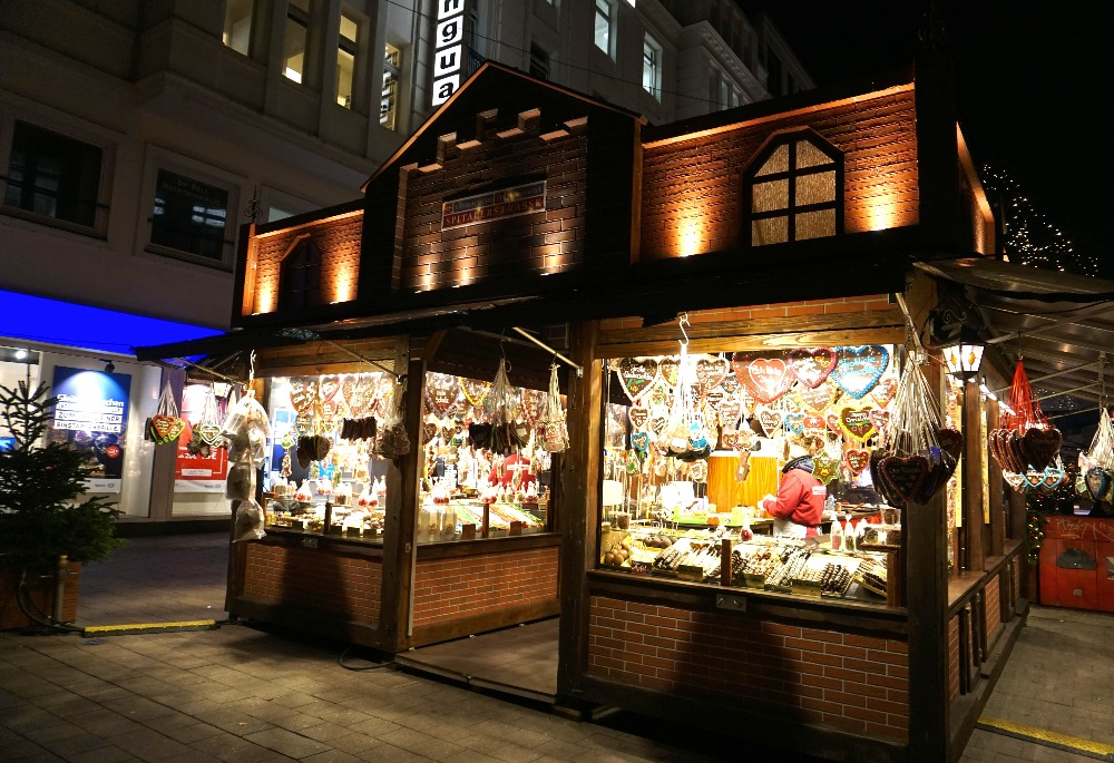 Indulge your sweet tooth in the Christmas market on Spitalerstrasse.