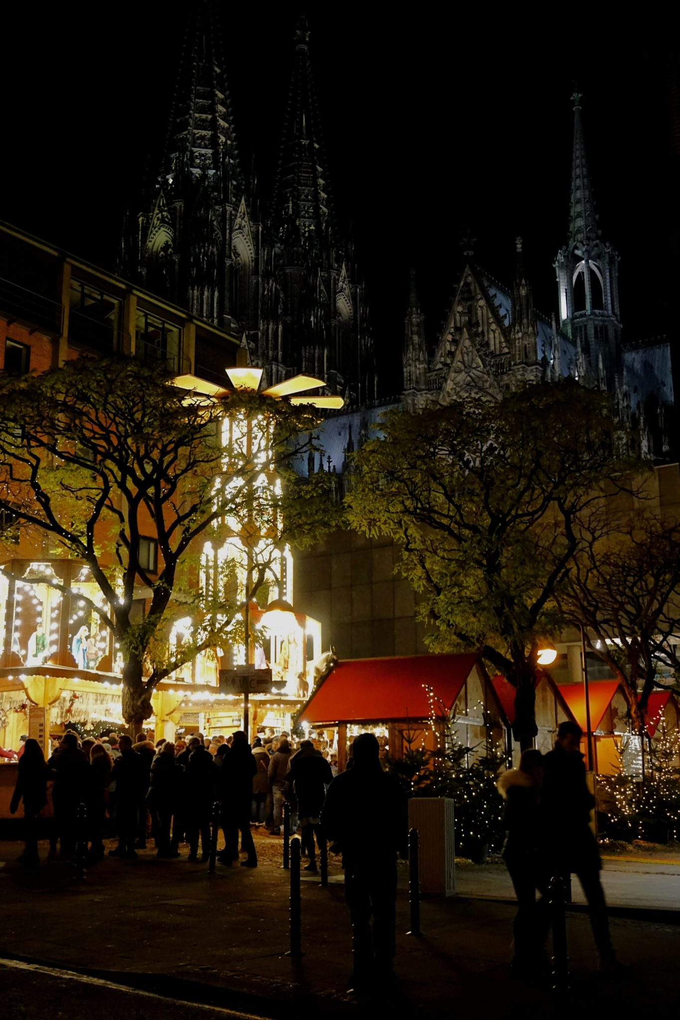 Adventsdorf am Kölner Dom is a great market to grab a bite to eat.